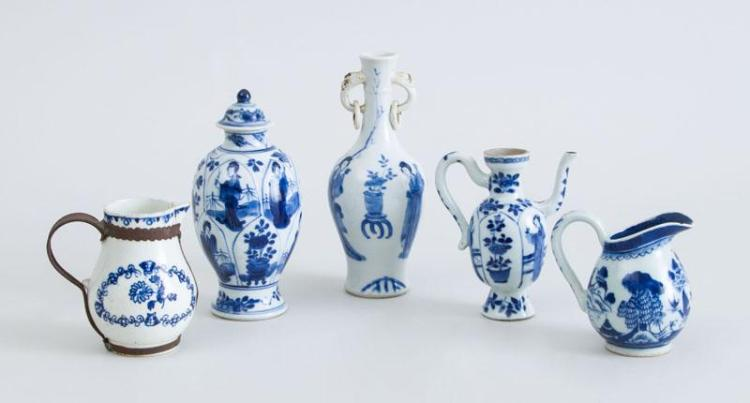 THREE CHINESE BLUE AND WHITE PORCELAIN SMALL ARTICLES, KANGXI