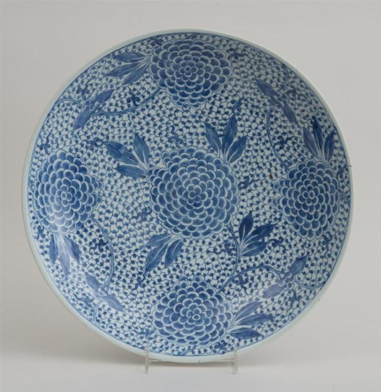 CHINESE BLUE AND WHITE PORCELAIN FOOTED 'PEONY' CHARGER
