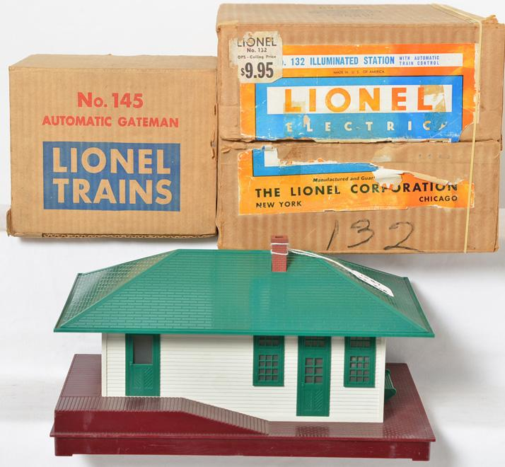 Lionel Postwar O gauge 132 Automatic Station and 145 Automatic Gateman w/ Original Boxes