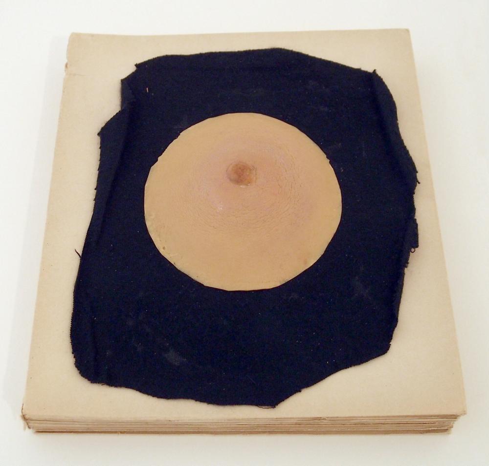 Le Surréalisme en 1947. Gummibrust auf schwarzem Samt, montiert auf broschiertem Katalog. 1947. 24 x 20,7 cm (Buchformat). (19)