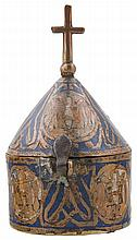 Gilded copper pyx with champlevé enamel. Limoges. Francia. Siglo XIII.