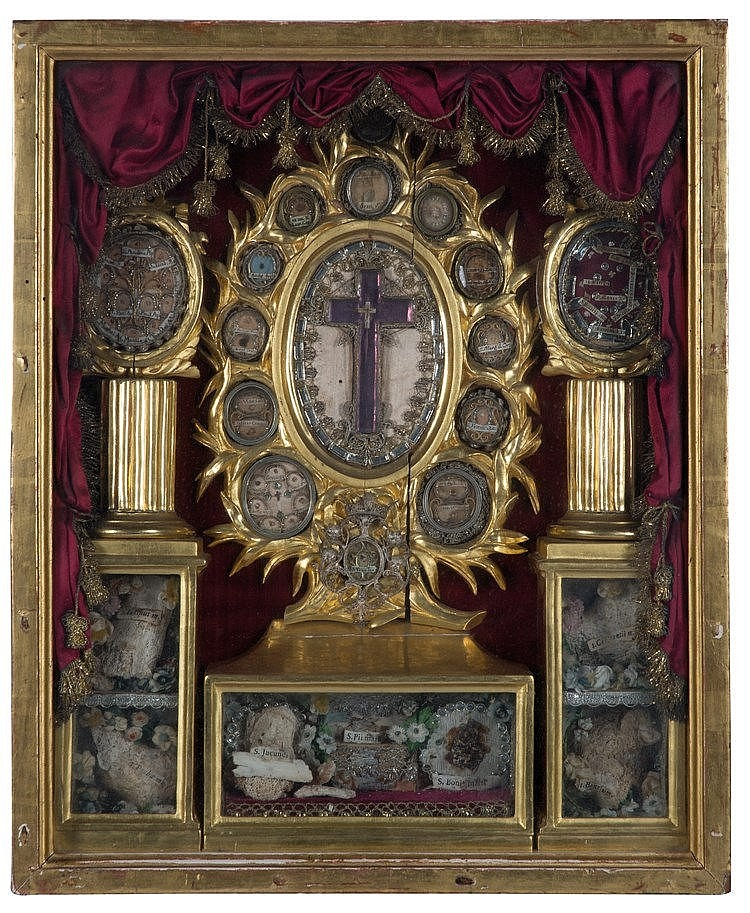 Set of carved and gilded wooden reliquaries. Late 18th century / early 19t