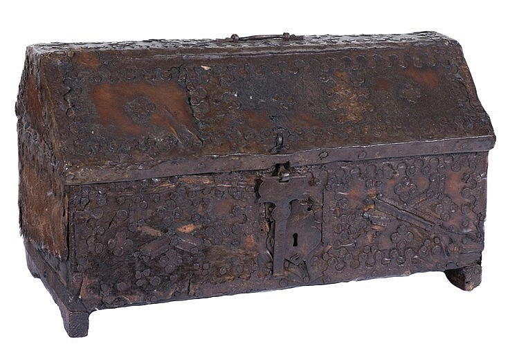 Spanish leather and wood box with ironwork. 16th century. 30 x 51 x 27,5