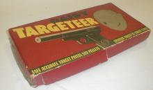 DAISY TARGETEER B-B target pistol with original box and targets. ca late 1930's. Box as is