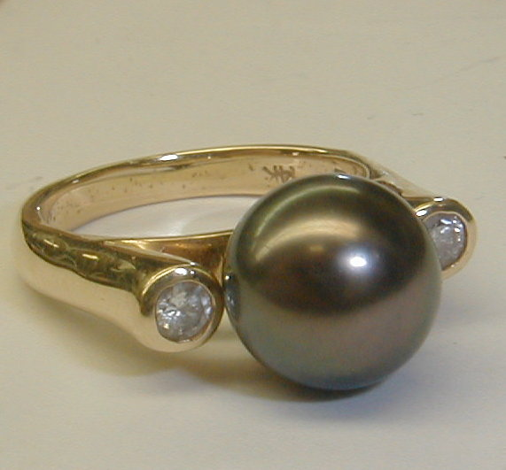 Ladies 14k yellow gold ring with 10mm gray pearl and two diamonds. Size 5 3/4. Total weight 6 grams