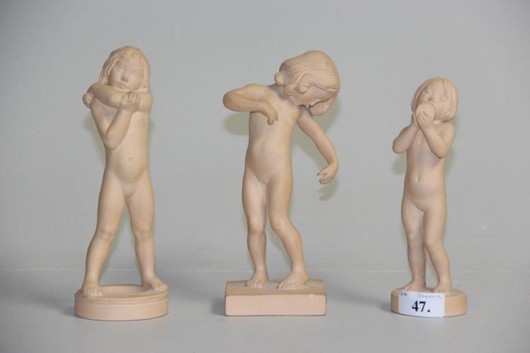 Ipsen# 3 børnefigurer, uglaseret terracotta, h. 19 - 21 cm., Kalypso fremst