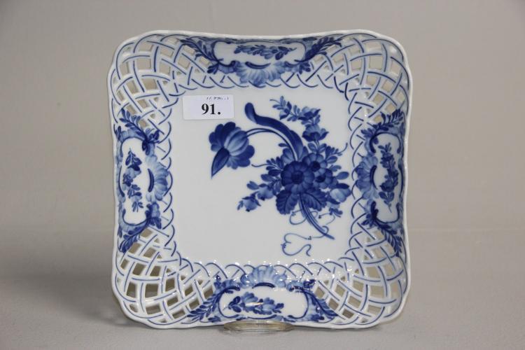 Kgl., Blå Blomst, med gennembrudt kant# Brødbakke, nr. 1523, 23,5 x 23,5 cm