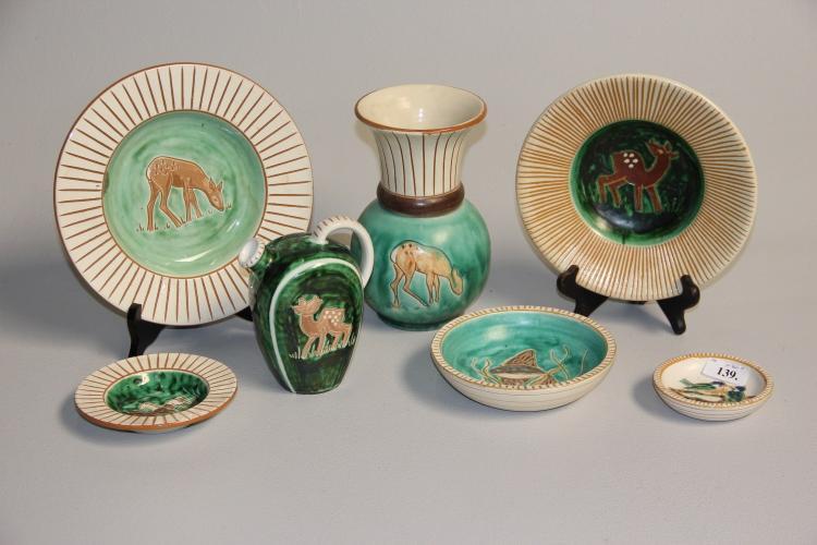 Haunsø# 5 fade, vase og flaske, grønglaseret keramik, dekoreret med dyr og