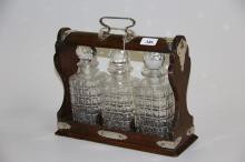 Gammel engelsk tantalus# 3 krystalkarafler, kasse af mahogny med håndtag og
