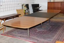 Dansk møbelproducent# Konferencebord, fineret valnød samt sortlakeret MDF,