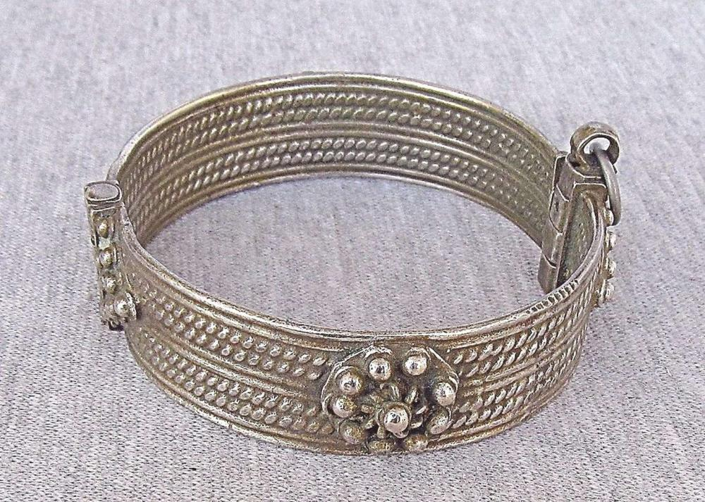Yemen Tribal Antique massive filigree silver bangle bracelet, 61gr.