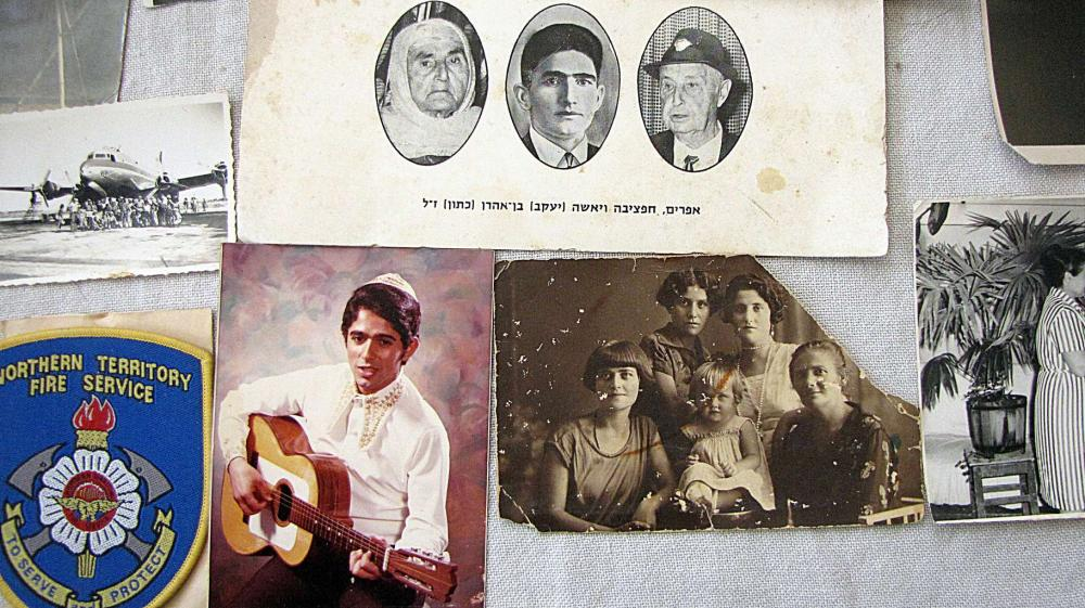 Large collection of Judaica items: photos, documents, papers, Shana tova cards and booklets, ca. 200 antique and old items,