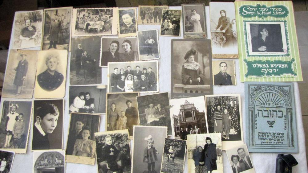Large collection of Judaica items: photos, including military photos, documents, papers and booklets, ca. 200 antique and old items.