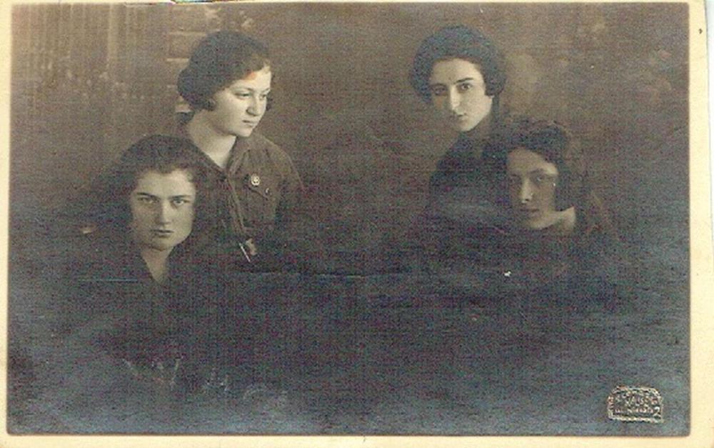 Polish Women Zionist organization, Photo, 1925, One woman wears a zionist badge with Magen David. Kalisz.