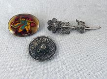 3 silver items: 2 brooches, miniature Mexico hat, 27.6 gr.
