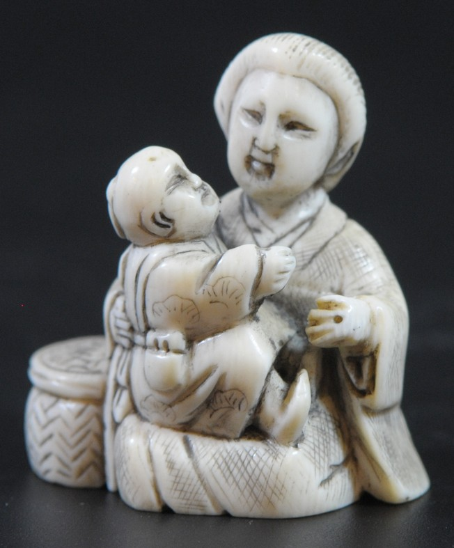 Mother and baby, old quality ivory Japanese netsuke