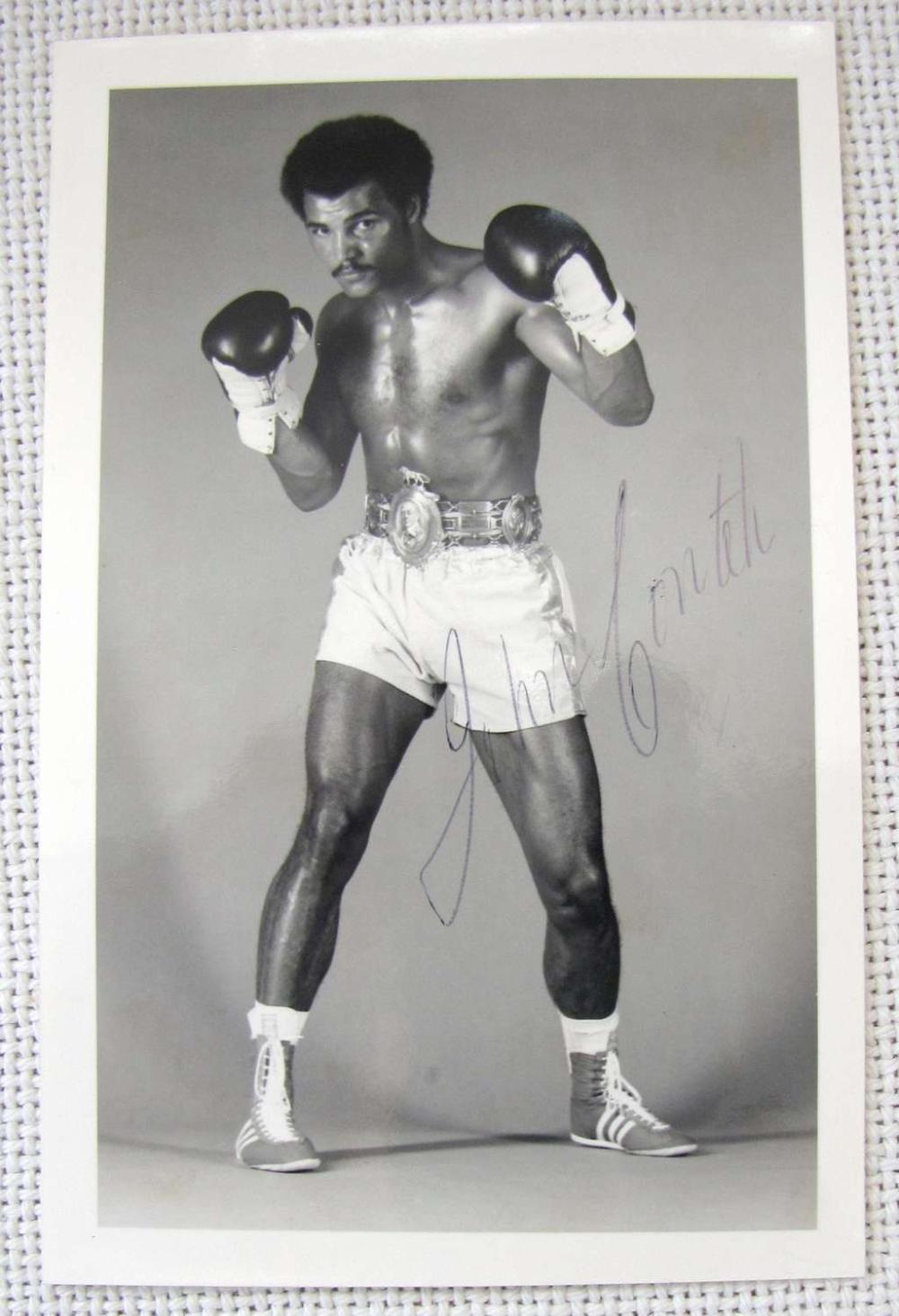 ORIG. AUTOGRAPH OF AFRICAN-AMERICAN BOXER ON HIS PHOTO, PC SIZE.