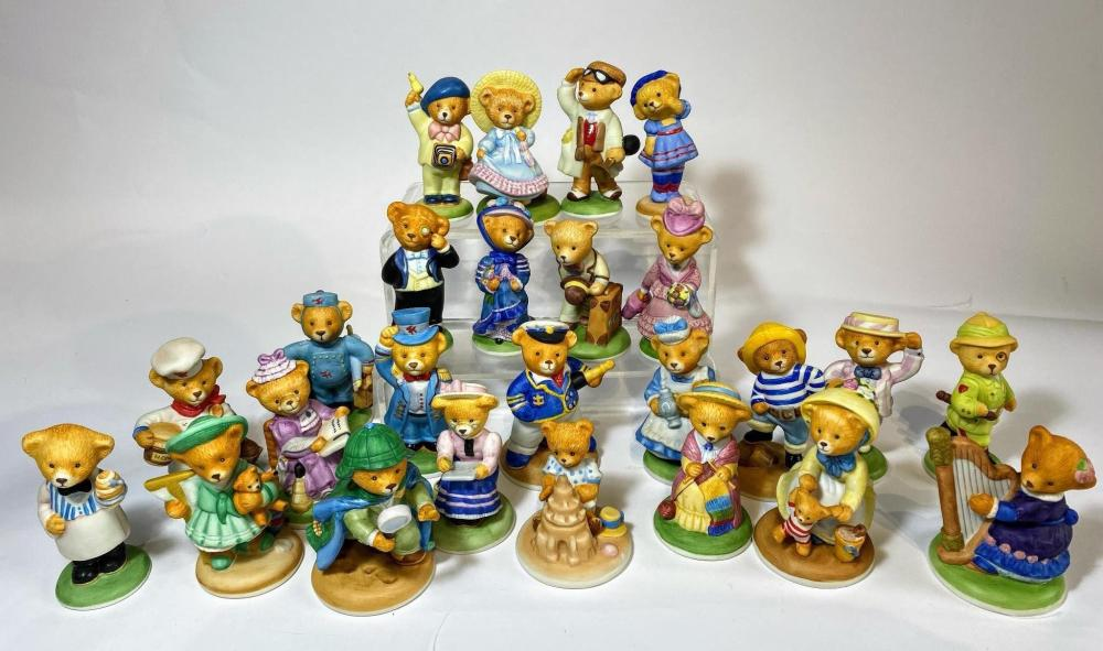 A Collection of 25 Edwardian Teddy Bears by Franklin Mint in fine Porcelain