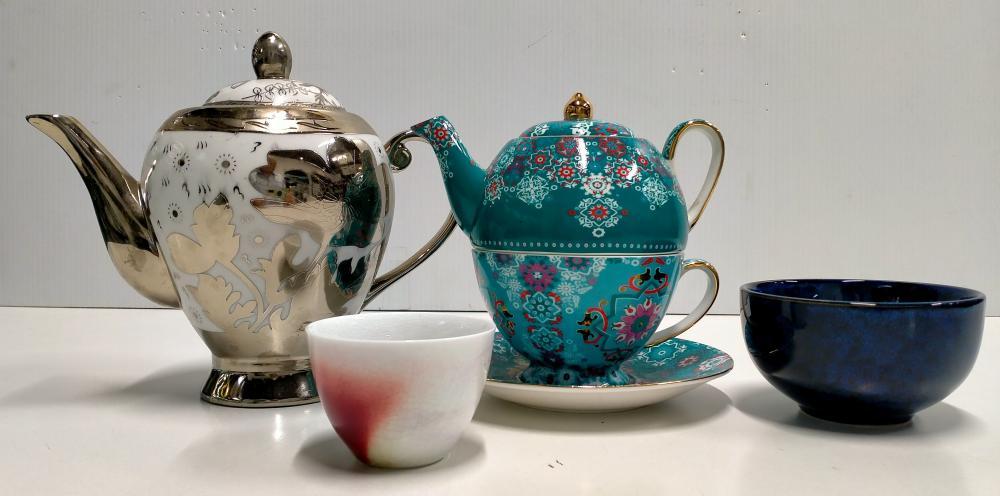 A box of assorted ceramics incl. teapots & bowls