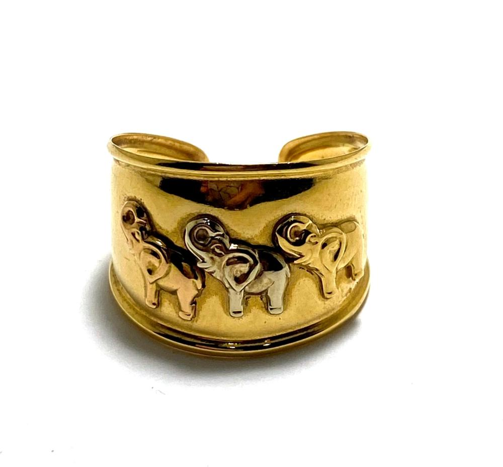 An 18ct Yellow Gold Band Ring with Elephant Detail, Italy
