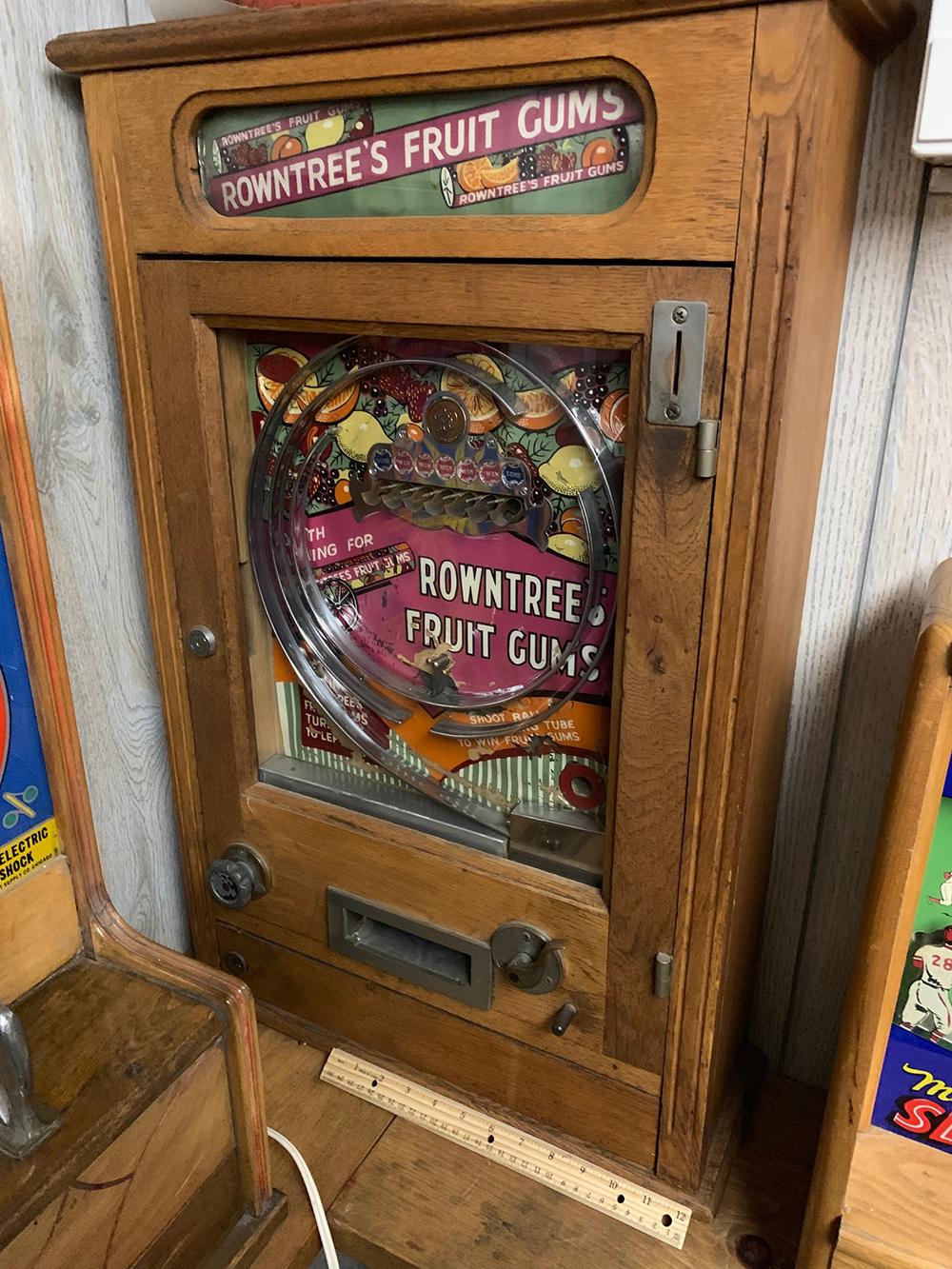 Lot 162: Vintage Rowntree Gum Vending/Trade Stimulator