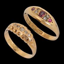 A LOT COMPOSED OF 2 18K GOLD ENGLISH RINGS: