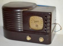 Vintage Zenith Bakelite Art Deco Table Top Radio: With a gold dial and 2 knobs. It is Model 5 - R - 31 and has the original Zenith tubes and the original cord. Has not been tested. 7 3/4