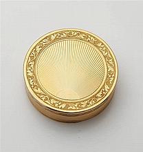 Boîte ronde en or jaune 18K (750/oo), à décors cis