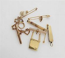 Lot de bijoux petits objets en or jaune 18K (750/o