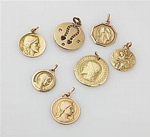 Lot de sept médailles en or jaune 18K (750/oo) don
