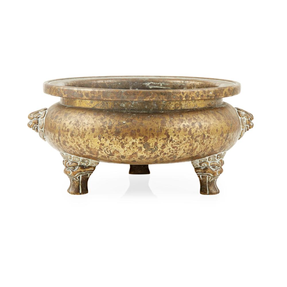 LARGE BRONZE TRIPOD CENSER XUANDE MARK, LATE MING/EARLY QING DYNASTY 26.5cm wide
