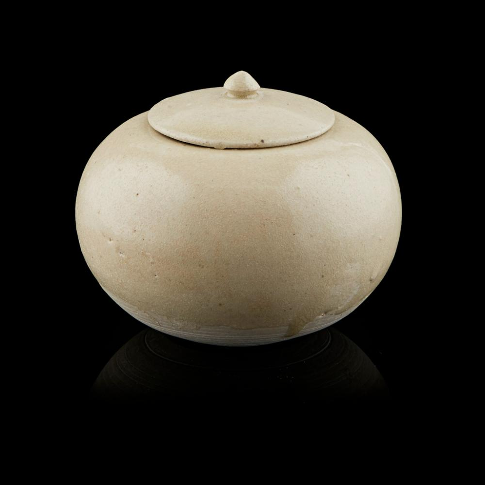 GONGXIAN-KILN WHITE-GLAZED STONEWARE GLOBULAR WASHER AND COVER TANG DYNASTY 9.8cm wide