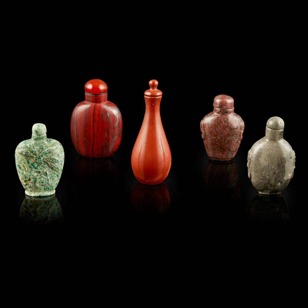 COLLECTION OF FIVE HARDSTONE SNUFF BOTTLES 20TH CENTURY largest 9.4cm high