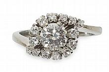 A diamond cluster ring Ring size: J/K
