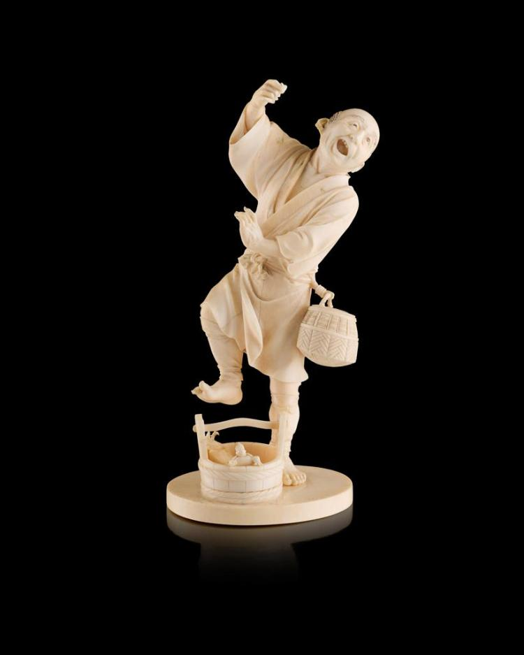 <sup>Y</sup> IVORY OKIMONO OF A FISHERMAN MEIJI PERIOD 9cm high