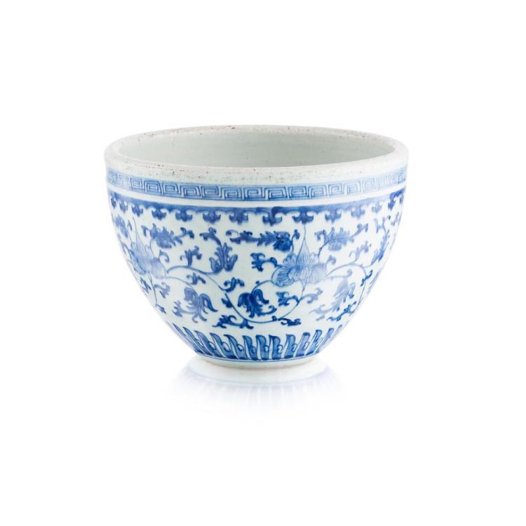 BLUE AND WHITE JARDINIÈRE QING DYNASTY, 18TH CENTURY 24.8cm diam