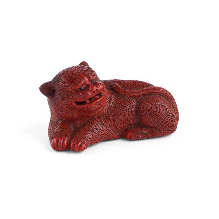 CINNABAR LACQUER FIGURE OF A RECUMBENT LION QING DYNASTY, 19TH CENTURY 10cm long