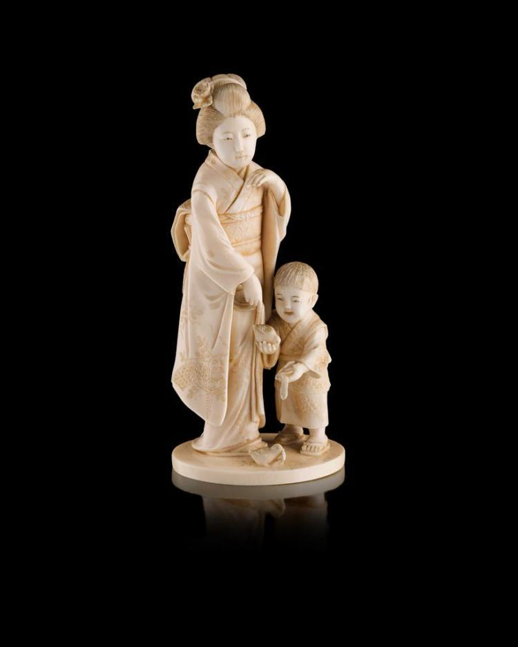 Y IVORY OKIMONO OF A BIJIN AND A BOY SIGNED SHAKURYO, MEIJI PERIOD 15cm high