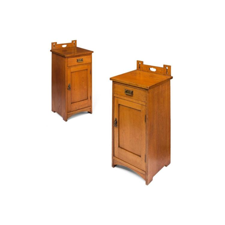 ARTS & CRAFTS PAIR OF OAK BEDSIDE CABINETS, EARLY 20TH CENTURY each 36cm wide, 86cm high, 36cm deep