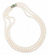 A triple-strand pearl necklace Length: 50cm (shortest strand)
