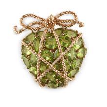 A peridot set heart brooch 44mm x 33mm