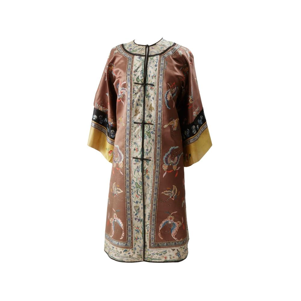 PERSIMMON-GROUND SILK EMBROIDERED LADY'S OVERCOAT LATE QING DYNASTY-REPUBLIC PERIOD, 19TH-20TH CENTURY