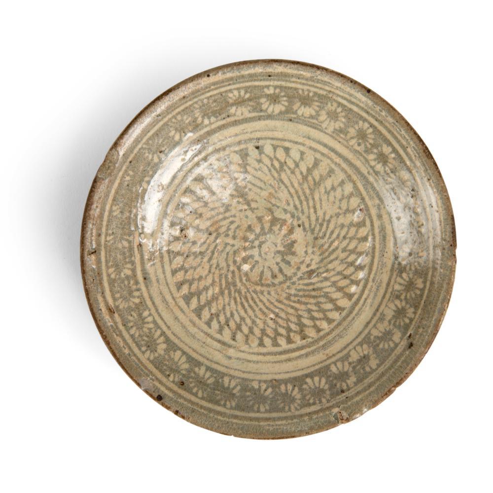 KOREAN INLAID CELADON DISH GORYEO TO JOSEON DYNASTY, 14TH-15TH CENTURY
