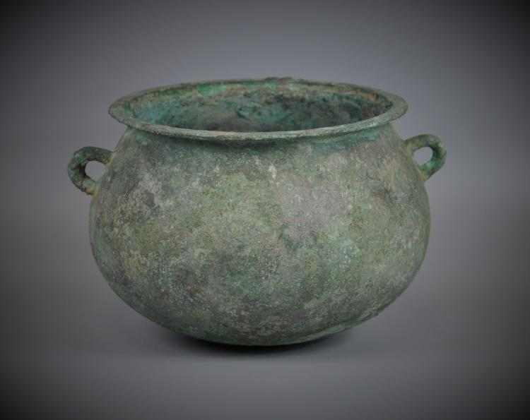 A Chinese archaic bronze vessel jar