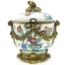 Japanese Kakiemon Decor Lidded Jar