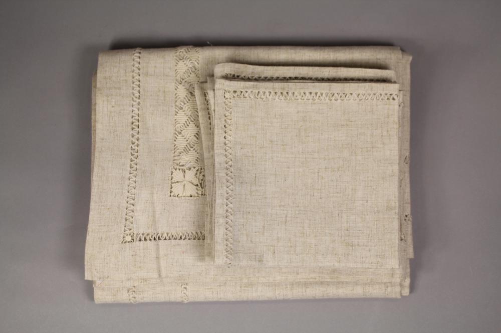 Collection of linen to include table cloth and matching napkins