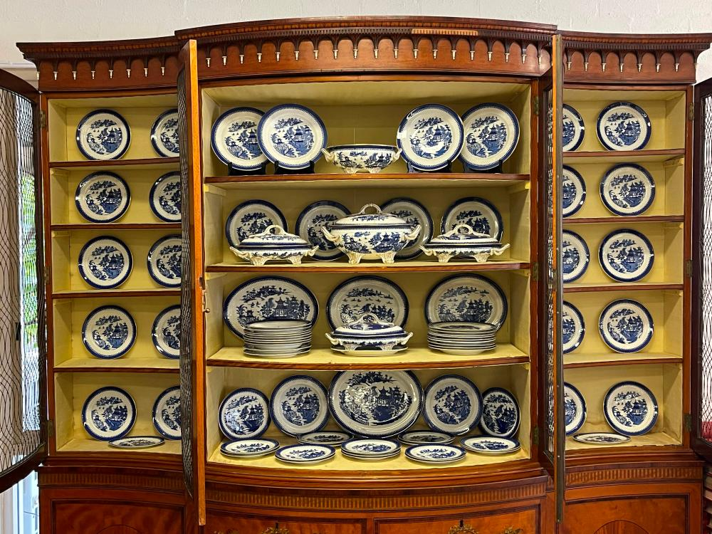 Extensive antique Worcester blue & white service, comprising tureens, side and dinner plates, bowls, oval platters etc. Various damages and old staple repairs