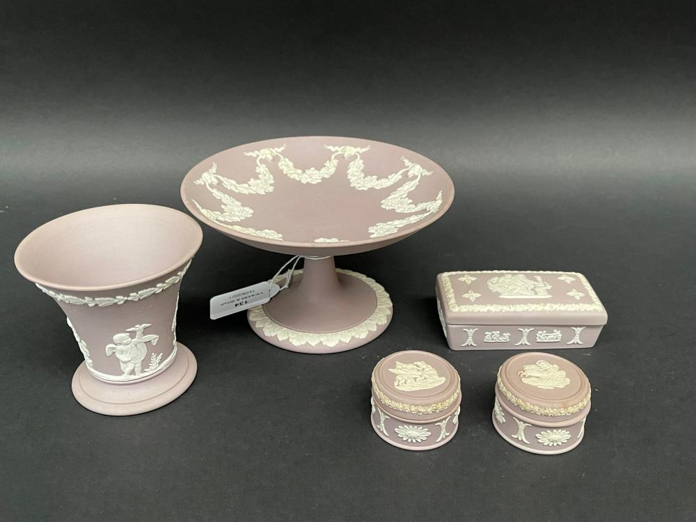Wedgwood mauve jasper ware, trinkets, vase and comport, approx 9cm H and smaller (5)