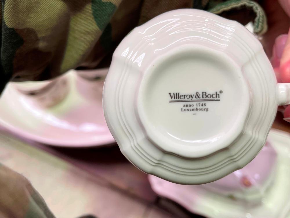 Extensive Villeroy and Boch dinner service, Petite Fleur pattern
