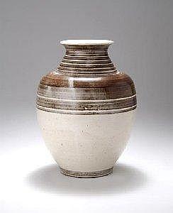 Otto Lindig, Dornburg Vase, um 1937 Ovale gebauchte Form auf schrag einziehendem Rundstand, abgeflachte Schulter, kegelformig einziehender Hals,